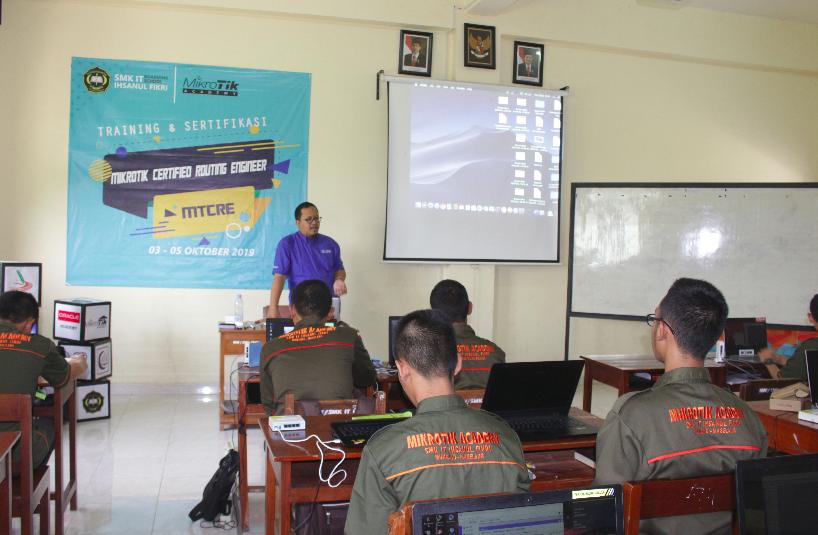 Training Mikrotik MTCRE di SMK IT Ihsanul Fikri